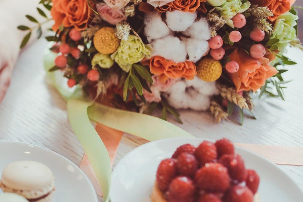Spende an Hospizgruppe von Blumengeschäft und Bäcker